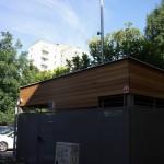 Bujná zelená strecha na kontajnerovom stojisku Martinčekova 3 a 5, júl 2015