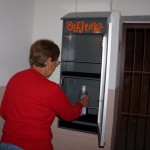 Členka domového výboru, Ing. Ždiňáková vkladá prvú nádobu s použitým kuchynským olejom do OLEJtéky