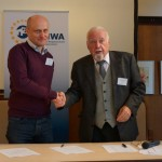 Peter Grečko a Karl Brunnbauer, prezident organizácie proNACHBAR po podpise prihlášky do EUNWA
