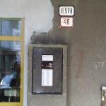 Tablo KARAT pri vstupnej brane zvonku pre vstup návštevy